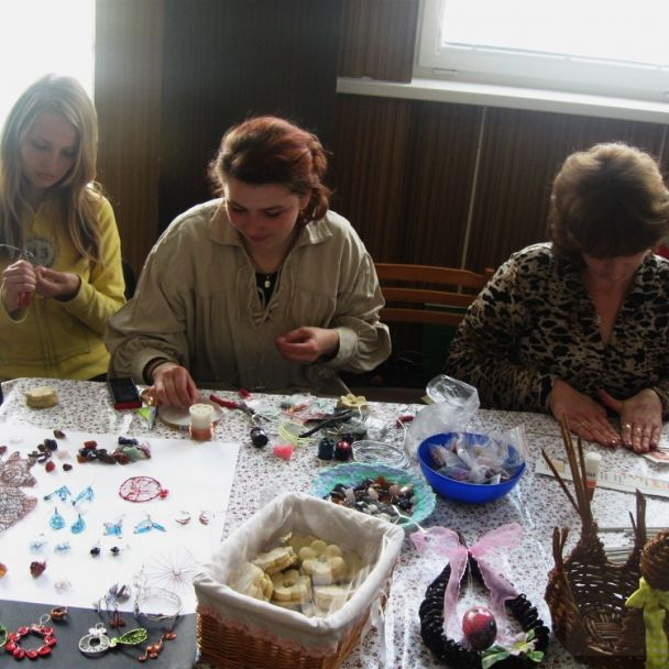 Výstava ľudových umeleckých výrobkov, ručných prác a ukážky remesiel